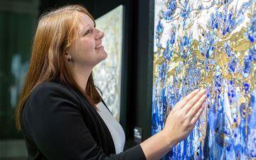 """Mitarbeiterin Kathleen Klötzer in der Ausstellung: """"Leidenschaft für Porzellan"""", ©Porzellanikon, Foto: Andreas Gießler"""