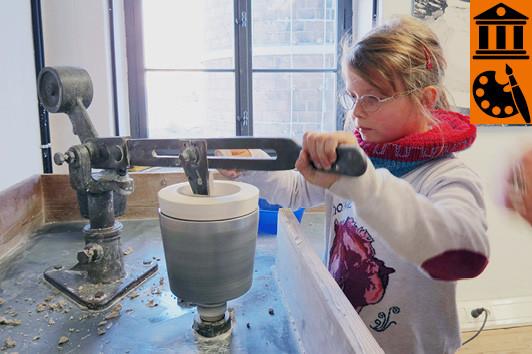 Früh übt sich, wer ein richtiger Porzelliner werden möchte! ©Porzellanikon, Foto: Ramona Scherg