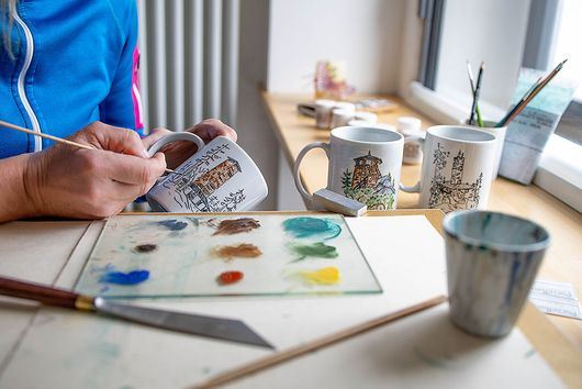 Painting cups with themes from the Fichtelgebirge. Photo: Andreas Gießler