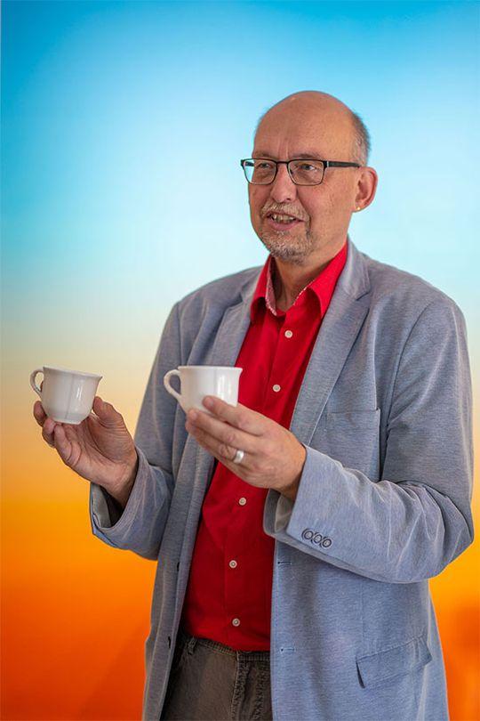 Wolfgang Schilling, Kurator der Sonderausstellung, stellt die BesucherInnen vor ein Rätsel: Welche Tasse wurde mit dem 3D-Druckverfahren gedruckt und welche ist aus Porzellan? ©Porzellanikon, Foto: Andreas Gießler