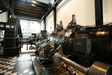 Die Dampfmaschine und daneben der große Kessel