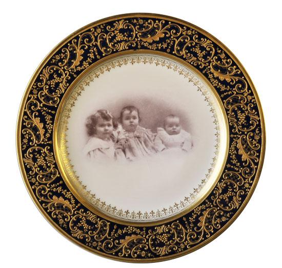 Kleinkindergruppe auf Teller, Reliefgold, Fotoumdruckdekor, Dm. 24 cm