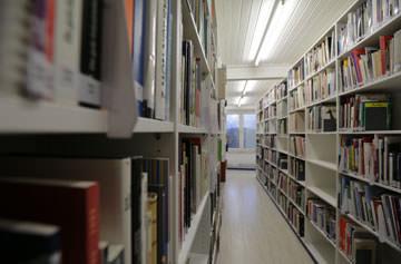 Pohled do knihovny v Porzellanikonu Selb